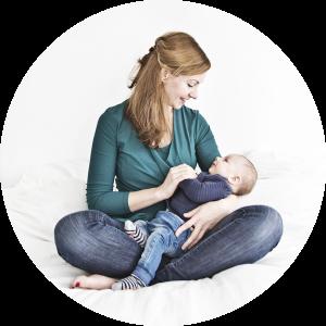 Kraampakket Lifestyle fotografie moeder en baby op bed