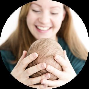 Baby in handen moeder